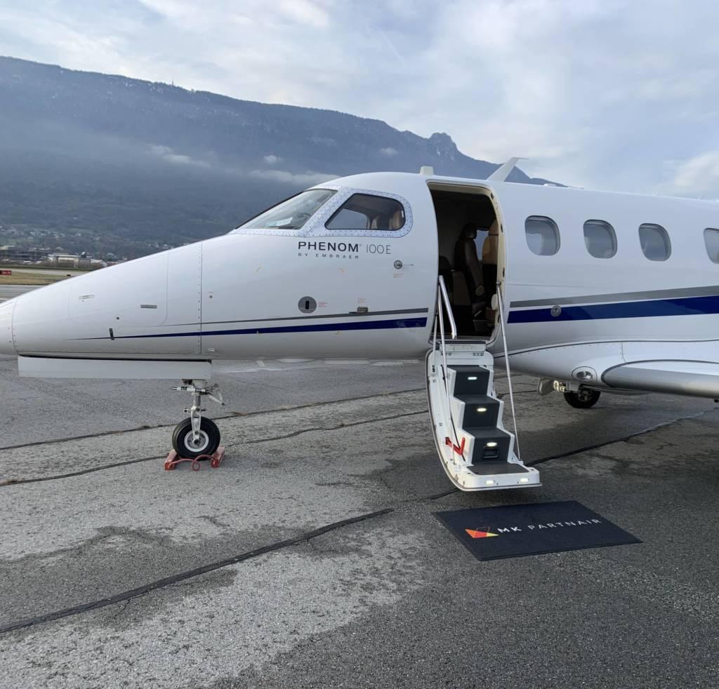 Phenom 100 présenté sur le tarmac de l'aéroport de Chambéry Savoie Mont en Blanc en France avec le logo de MK Partnair. Il a été le leader des vols domestiques français en jets privés lors de cette première année de crise sanitaire covid-19.